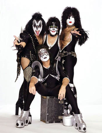 Kiss 2004 Arriba de izq a der: Gene Simmons, Peter Criss, Paul Stanley. Abajo: Thommy Thayer